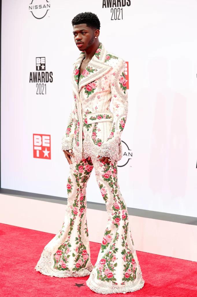 Lil Nas X en costume fleuri aux BET Awards