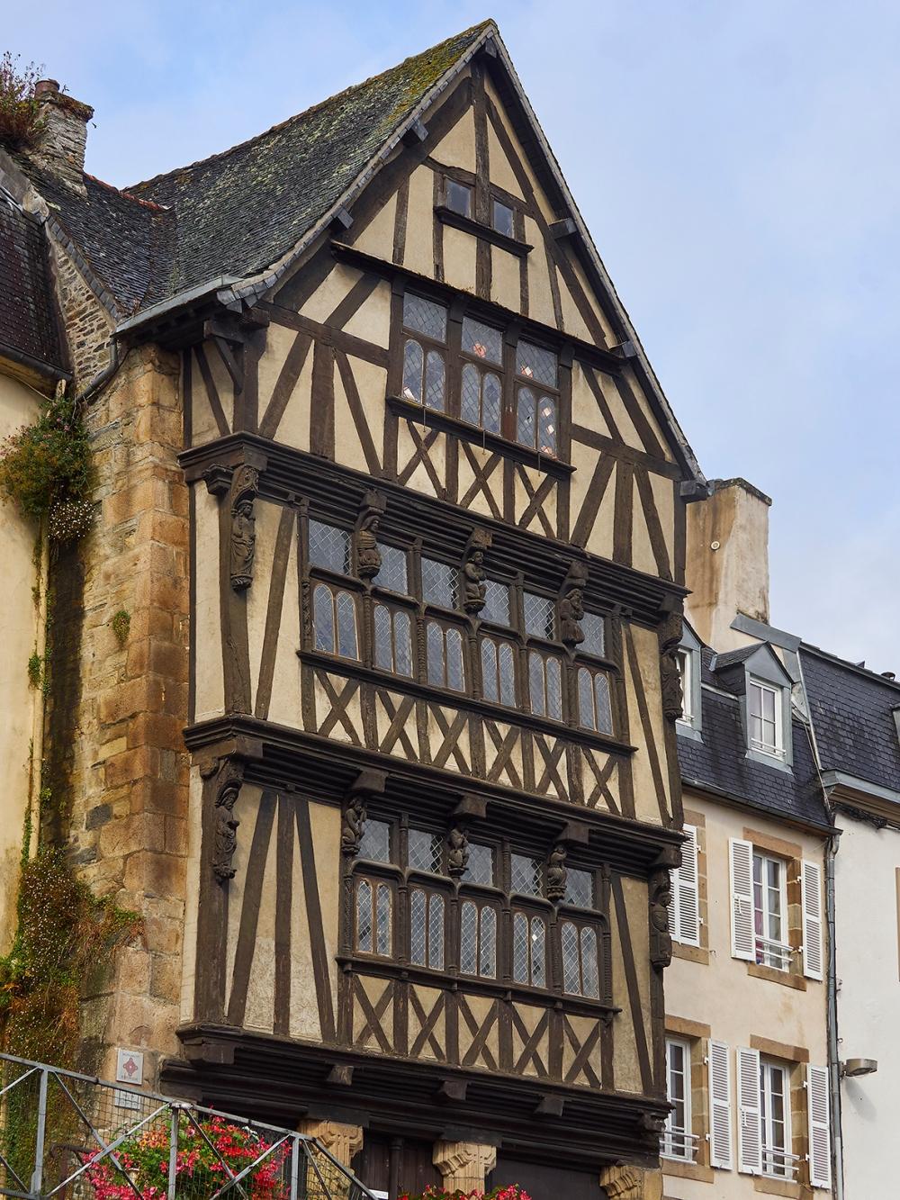 Façade sur rue de la maison de la Duchesse Anne, à Morlaix (Finistère), dont les étages sont disposés en encorbellement. © Bernard Galéron